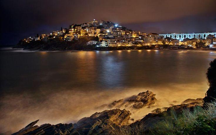 Νυχτερινή άποψη της Καβάλας. (Φωτογραφία: ΟΛΓΑ ΧΑΡΑΜΗ)