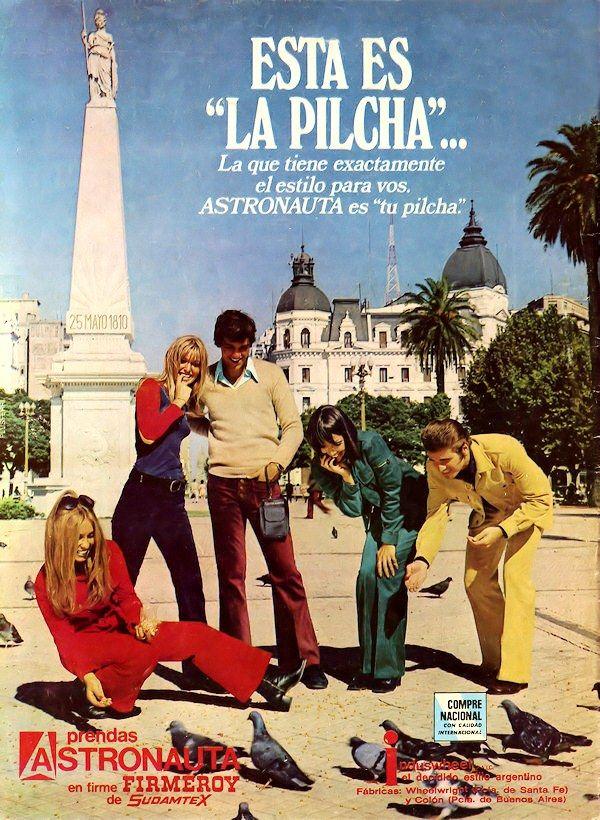 Indumentaria ASTRONAUTA, 1972. Fotografía de los modelos en Plaza de Mayo, Buenos Aires.