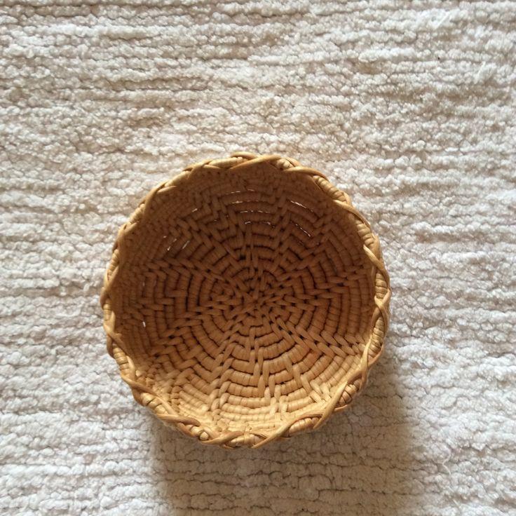 Liten korg i rotslöjd. Small birch root bowl.