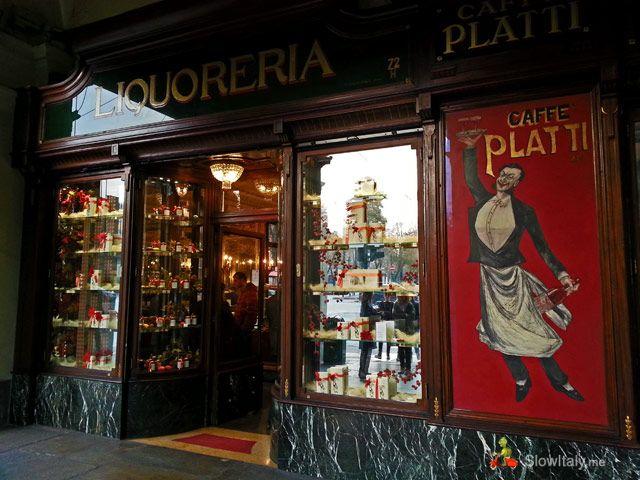 Torino - caffè Platti- Caffè Platti era originariamente un negozio di liquori, ha aperto nel 1870, prima di diventare un caffè letterario, frequentato prevalentemente da intellettuali e scrittori come Cesare Pavese. L'atmosfera è raffinata: testimone di epoche diverse, Luigi XVI, stile barocco, 1920 e Art Déco, -