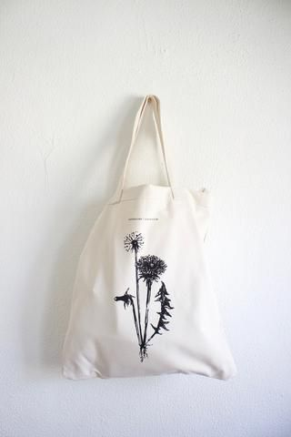 This cleverly designed cotton canvas tote opens up to a full sized picnic blanket! Fill the tote with all the essentials (bread, cheese & wine would be my pickings), head to an outdoor scenic venue, a