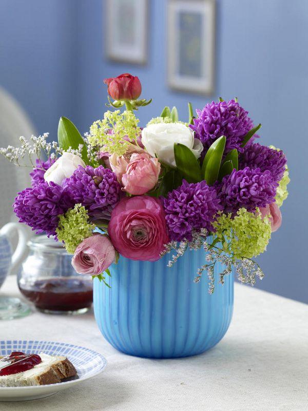 1 Bund Ranunkeln in Rosa und Weiß8 Hyazinthen in Violett1 Stiel Statize in Zartviolett1-2 Stiele SchneeballVaseRosenschereMesser1. Stiele