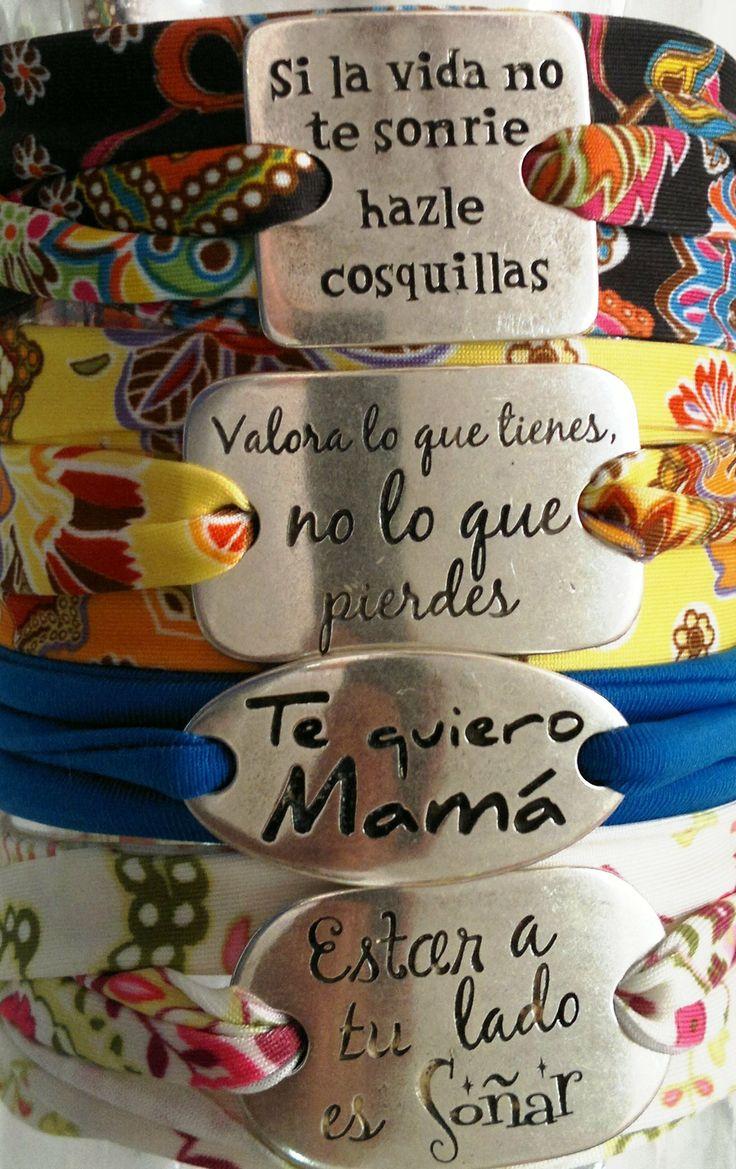 Pulseras de lycra con chapitas de frases disponible en El Taller De Adrian