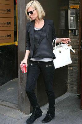 ケイト・モスKate Moss・BALMAIN(バルマン)のブーツにKate Moss for Topshop(ケイトモス×トップショップ)のファージャケットを着てお出かけ!彼Jamie Hinceジェイミー・ヒンスと復縁?・最新私服ファッション画像・ケイト・モス - セレブカジュアルドットコム