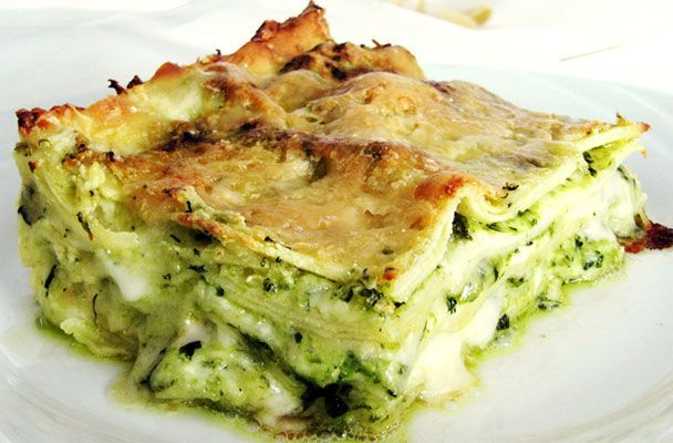 Lasagne al pesto con stracchino - Un classico della cucina ligure: le lasagne al pesto. Eccole in una versione più facile e attuale, che utilizza un formaggio morbido e cremoso come lo stracchino al posto della besciamella - Parliamo di Cucina