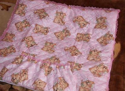Купить или заказать конверт-одеяло для новорожденной девочки в интернет-магазине на Ярмарке Мастеров. Одеяло-конверт практично и красиво!Удобно одеть малышку быстро и аккуратно. Мягкий и нежный флис приятен к кожице младенца легкий и теплый. Внутри одеяла вставлен синтепон. Подойдет и на выписку и на прогулки. В дальнейшем может использоваться как спальный мешочек в коляску.Отделка розовым кружевом. При желании цвет можно изменить.