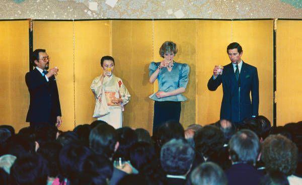 日英協会のレセプションで乾杯する、左から三笠宮家の寛仁さま、同妃信子さま、イギリスのダイアナ妃、チャールズ皇太子(東京)(1986年05月11日)