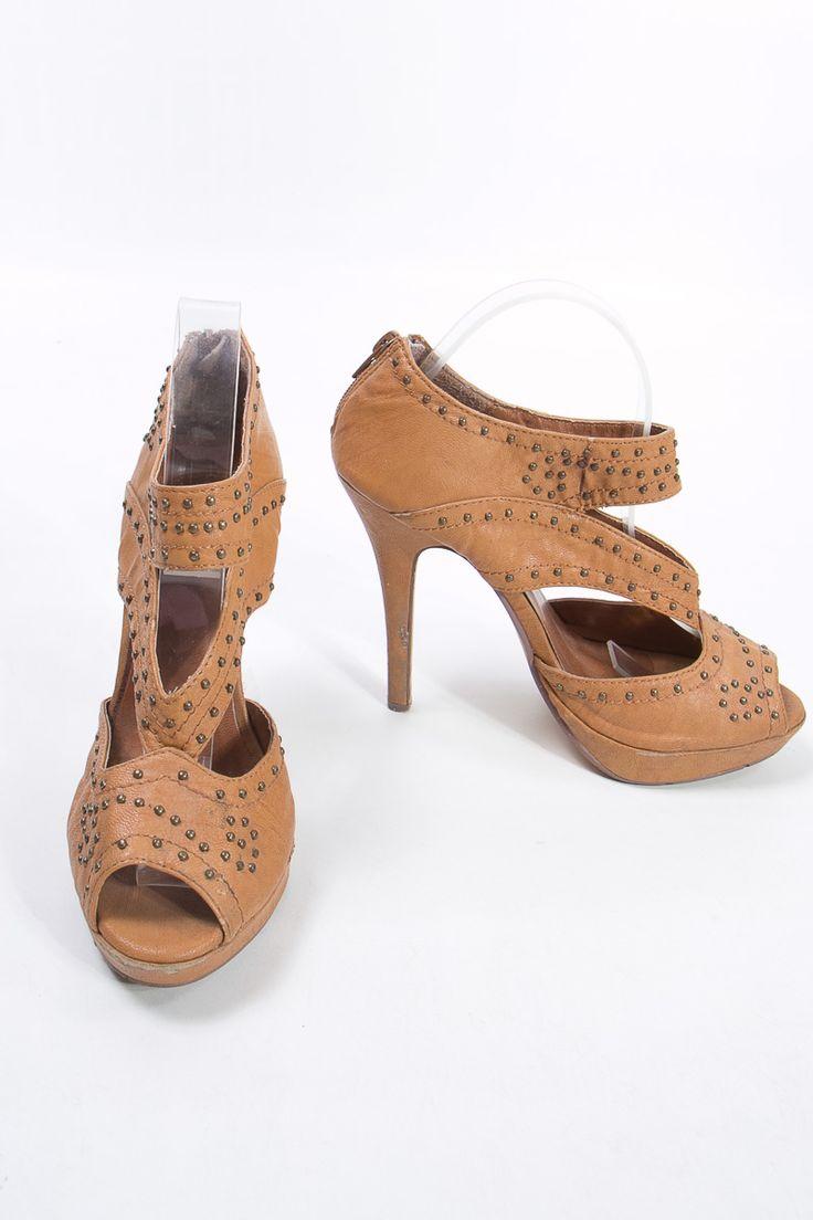 Charlotte Russe sandalias caramelo , genial para estar acorde con el clima de hoy  $45,000  http://elbaul.co/Productos/1542/Charlotte-Russe-sandalias-caramelo-con-taches-