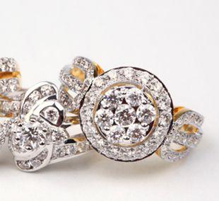 Geelgouden ringen In deze groep vindt u geelgouden ringen uit verschillende prijsklassen, van een lief klein ringetje tot opvallende ringen met diamanten, edelstenen of een mooie parel.   Mooie ringen in antique stijl, of juist hele trendy ringen, voor iedere vrouw is er wel wat te vinden.   Natuurlijk worden al deze ringen heel feestelijk verpakt naar u toegezonden. U bent ook van harte welkom in onze winkel, gezellig, de koffie staat klaar!