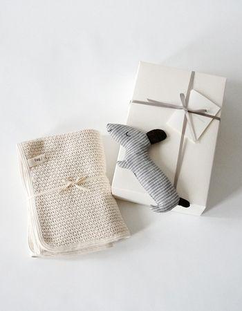 ■ベビーギフトセット(商品代にラッピング料込) 贈答用のベビーギフトセットには、ボックスが用意されています。無垢な雰囲気が、生まれたての赤ちゃんのイメージにぴったり。