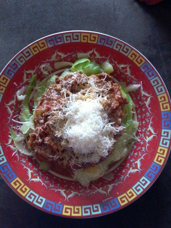 Spaghetti bolognese met courgette repen.