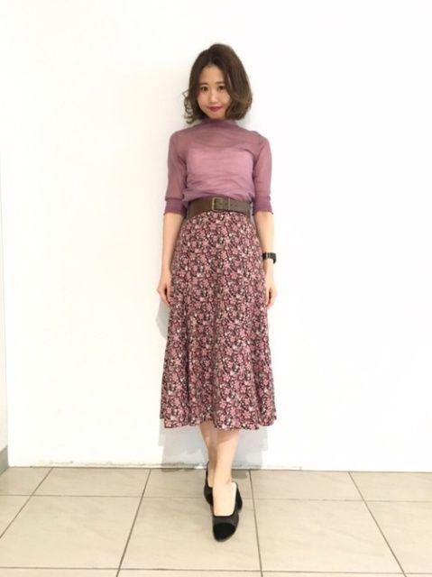 シアーニット×花柄スカートのワントーンコーデ  シンプルなコーデも、ワントーンや透け素材でおしゃれ感アップ。ニュアンスのあるピンクが大人な印象です。