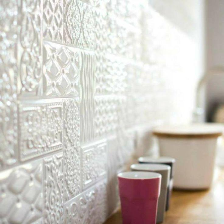Płytki strukturalne to w ostatnich latach bardzo ważny trend – idealnie nadają się do nowoczesnych wnętrz o miejskim charakterze, ale te w białym kolorze sprawdzą się także w bardziej klasycznych stylizacjach. Spójrzcie, jak pięknie prezentują się z bliska!     #płytki #tiles #kuchnia #kitchen #biel #struktura #3D #płytki3D #white #pomysł #design #idea #wow #SalonyHOFF