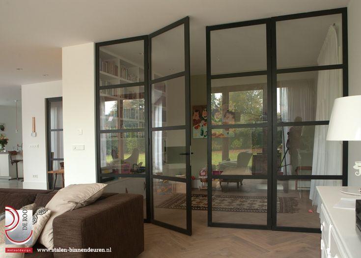 In Blaricum hebben we in een woning een kamer en suite mogen creëren met behulp van dubbele stalen deuren en glaspanelen aan beide zijden. Zowel de stalen deuren als de zijpanelen zijn uitgerust met veiligheidsglas.