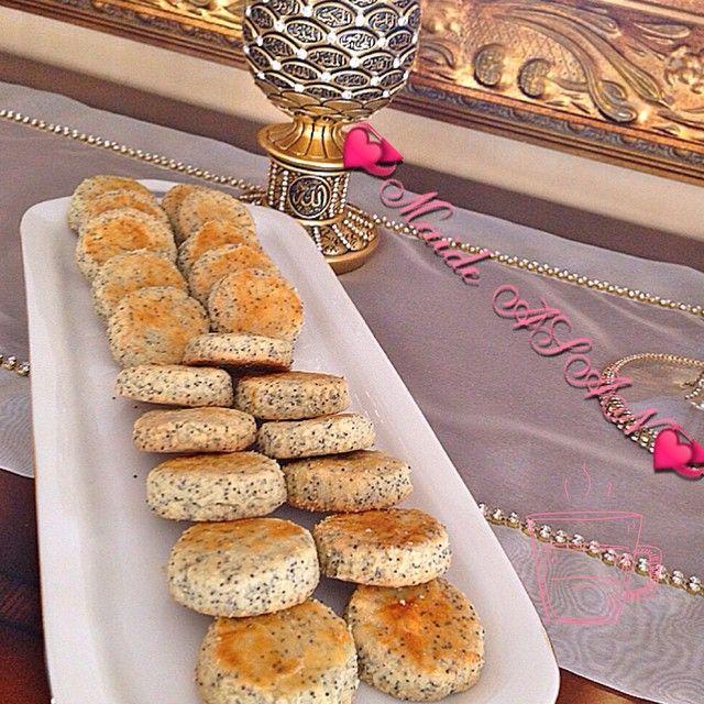 Haşhaşlı Kıyır Kurabiye 200 gr yumuşamış tereyağ 2.5 yemek kaşığı toz haşhaş(mavi renkte olan) 1 çay bardağı sıvı yağ 1 tatlı kaşığı mahlep 1 yemek kaşığı sirke 1 yumurta akı(sarısı üzeri için ) 1 tatlı kaşığı tuz 1 yemek kaşığı pudra şekeri 1 kabartma tozu Aldığı kadar un Üzeri için Yumurta Sarısı Yapılışı Un ve kabartma tozu hariç tüm malzemeleri karıştırın.En son un ve kabartma tozu koy
