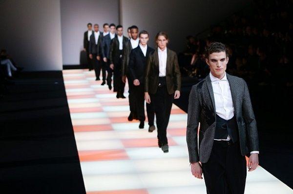 """A grife italiana Giorgio Armani lançou um concurso para estudantes de moda do Reino Unido, na qual os universitários deverão reinterpretar, no estilo britânico, três criações icônicas da linha Empório Armani – uma de casaco, uma de bolsa e outra de calçado. Intitulada de """"New Bond"""", a disputa..."""