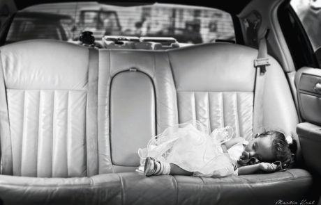Unavená družička v limuzíně   A tired bridesmaid in a limousine