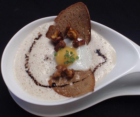 Cremesuppe von Eierschwammerln (Pfifferlingen) mit Wachtelspiegelei und Schwarzbrotchips zum Nachkochen http://www.loystubn.at/blog/loystubn/eierschwammerlcremesuppe-fur-4-personen