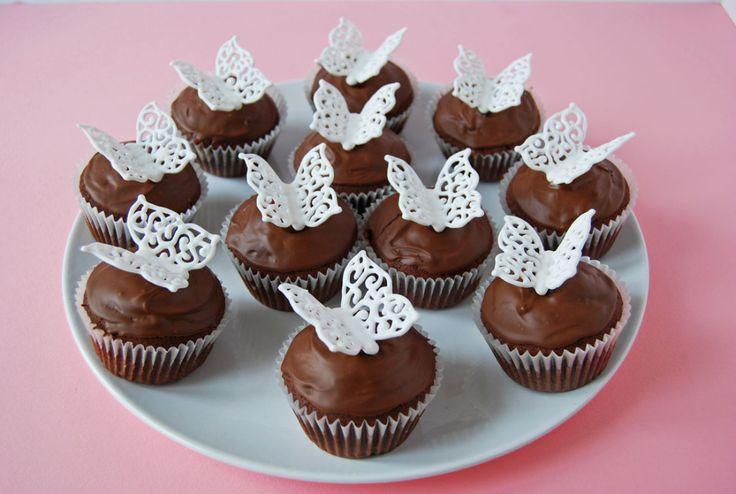 Pillangós tündértorták  már voltak a blogon, most csokoládés muffinok készültek, ezt is a kicsi lányom vitte a barátnője születésnapi z...