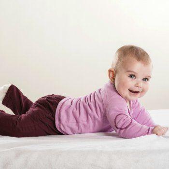 ¿Se pueden quitar las manchas de orina de los colchones de los niños? En Guiainfantil.com nos dan las pautas para saber cómo quitar el pis de la cama de los niños.
