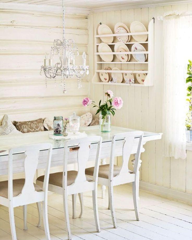 KRISTINE HAR NORGES VAKRESTE HJEM: Bordet i spisestuen er laget av en gammel dør, med bordbein fra et annet bord. Stolene ble funnet på låven og trukket om, og tallerkenene er funnet på loft og i kjeller | BoligPluss - Klikk.no