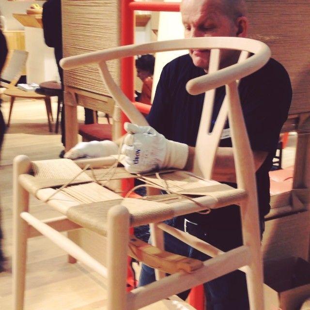 Carl Hansen & Søn поставили настоящего дядю плести настоящие стулья с настоящим слуховым аппаратом и с настоящей татуировкой стула, который он плетёт
