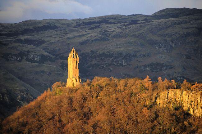 """""""Lugares históricos de Escocia"""". Cientos de años después de William Wallace, tras 305 años perteneciendo al Reino Unido, los escoceses le cogen el relevo y pactan un referéndum con el primer ministro británico para decidir sobre su independencia. Todo acontecimiento actual tiene detrás un pasado. Si os interesa conocer la turbulenta historia de Escocia con la vecina Inglaterra, estos son algunos sitios que podríais visitar en el verde país de las Highlands."""