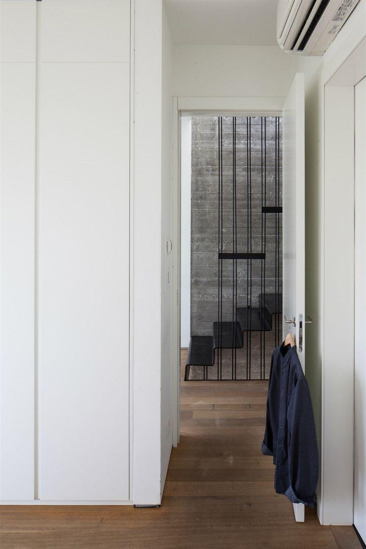 Ve všech ložnicích jsou šatní skříně v neutrální bílé barvě.
