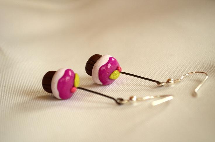 Aros colgantes cupcakes con glaseado fucsia con ganchos de plata $5000  #earring #aros #cupcakes #pasteles
