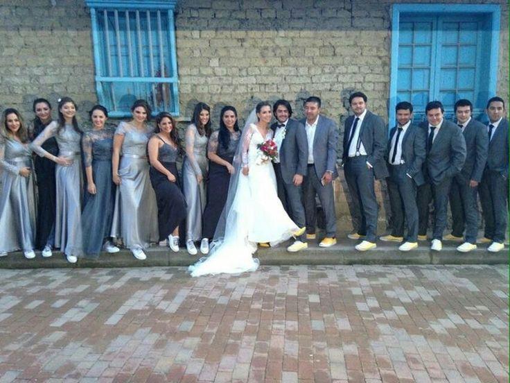 Madrinas y padrinos de boda matrimonio vintage gris y amarillo converse
