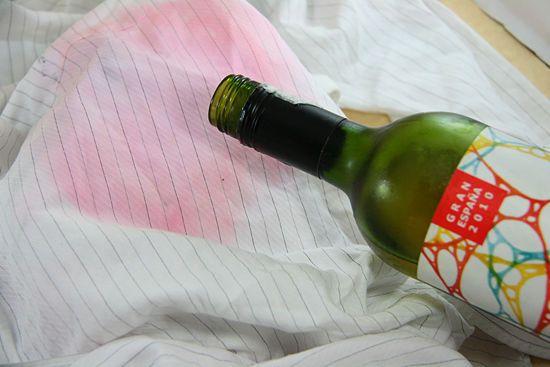 Se macchiare i vestiti con vino rosso, usa il vino bianco per rimuoverlo.   Community Post: 25 Ingenious Clothing Hacks Everyone Should Know