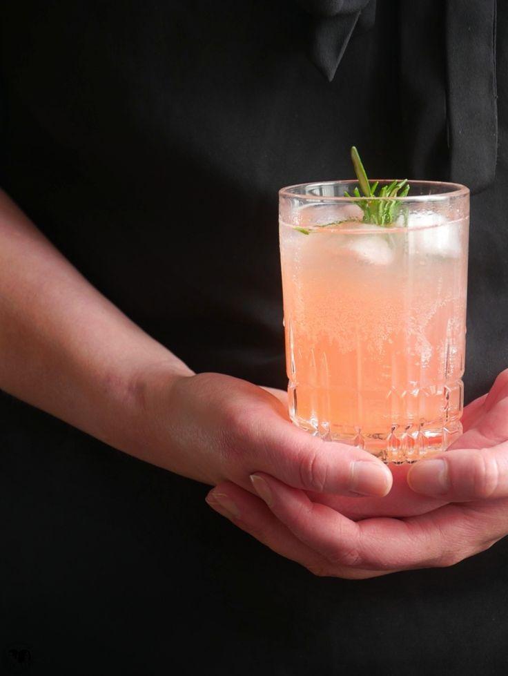 Rhabarber Wodka Cocktail mit Rosmarin