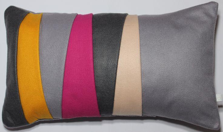 Almofada camadas em tons de cinza e rosa, tamanho 30x50cm. Contato:delasdecor@gmail.com