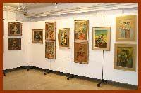 14: Πινακοθήκη ΕΗΜ  Στεγάζεται στην οδό Παρασκευοπούλου 4 στο κτίριο της Εταιρίας Ηπειρωτών Μελετών. Σκοπός της εταιρίας αυτής, που ιδρύθηκε το 1955, ήταν να περισυλλέξει και να αξιοποιήσει τον πλούτο της Ηπείρου, ιστορικό και παραδοσιακό. Εδώ, λοιπόν θα δείτε και θα θαυμάσετε έργα σύγχρονων Ελλήνων ζωγράφων, με σημαντική συνεισφορά στην πολιτισμική ανάπτυξη της χώρας.