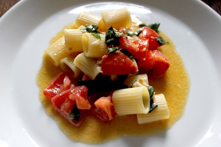 Pasta with tomatoes, basil & brie