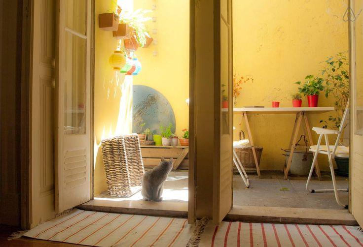 Veja este anúncio incrível na Airbnb: Quarto de casal nos Anjos - Apartamentos para Alugar em Lisboa