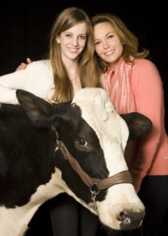Diane Lane and her daughter... I have no idea why there is a cow...