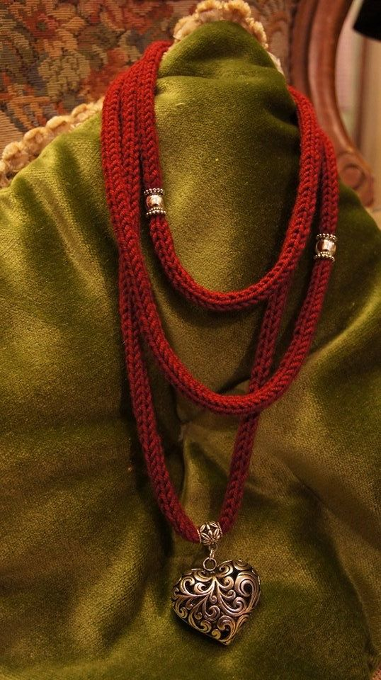 Tricot necklace with heart / Tissue Necklace / por AtelierVicoloN6, €19.90