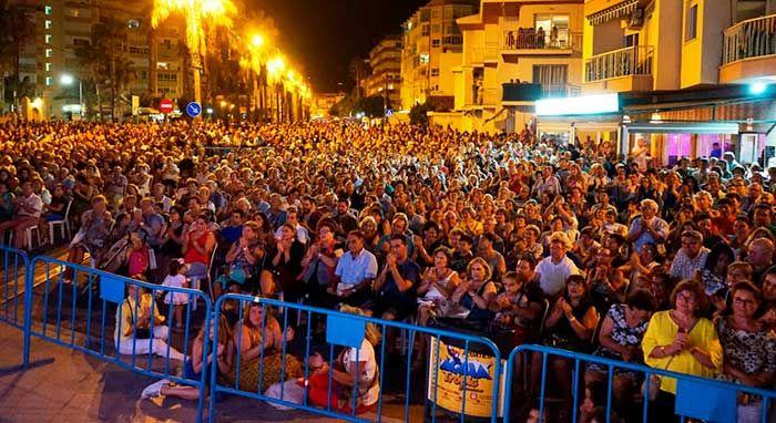 El municipio congrega a más de 8.000 personas durante una jornada en la que el Consistorio destacó el papel fundamental del sector hostelero y homenajeó a una de sus visitantes más fieles.   #dia del turista #noticias #torrox
