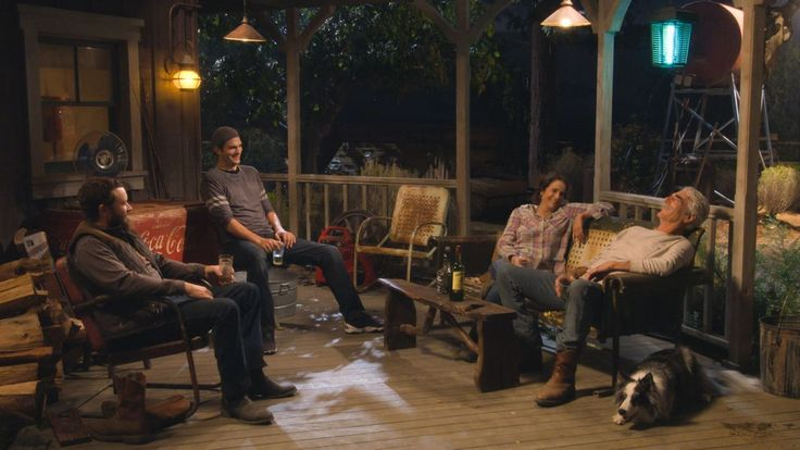 The Ranch review: 5 ways Netflix's Ashton Kutcher comedy innovates the live studio audience sitcom - Vox