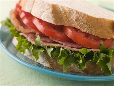 """Сэндвич с беконом, салатом и томатами.  Один из самых популярных сэндвичей на северо-востоке США, Новой Англии. Простой рецепт, именно поэтому у каждого мало-мальски достойного шеф-повара есть свой """"настоящий"""" вариант. Главное - это качество всех немногочисленных ингредиентов."""