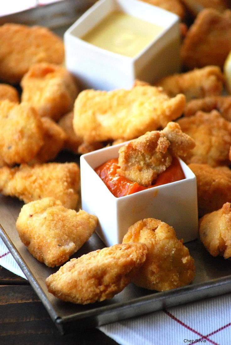 Nuggets de pollo con aderezo para carnes.