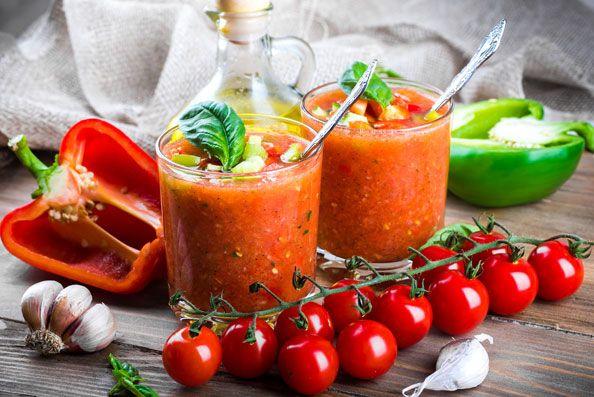 Сегодня мы предлагаем вам рецепт холодного гаспачо из томатов и перцев. Освежающий вкус этого супа зарядит вас энергией на весь день.