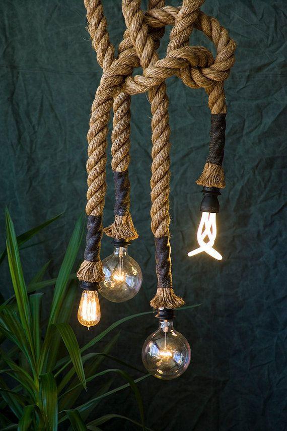 Lámpara hecha con cuerdas y bombillas decorativas.