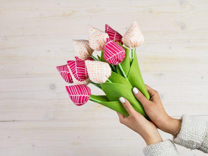 Pour la Fête des Mères, tout ce qui est fait soi-même est très apprécié. Nastja vous propose ici un super tutoriel couture et vous montre comment réaliser un magnifique bouquet de tulipes en tissu coloré !