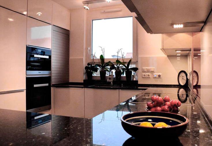 Kundenküche Leicht Firn mit Rolladenschrank von Küchenhaus Süd