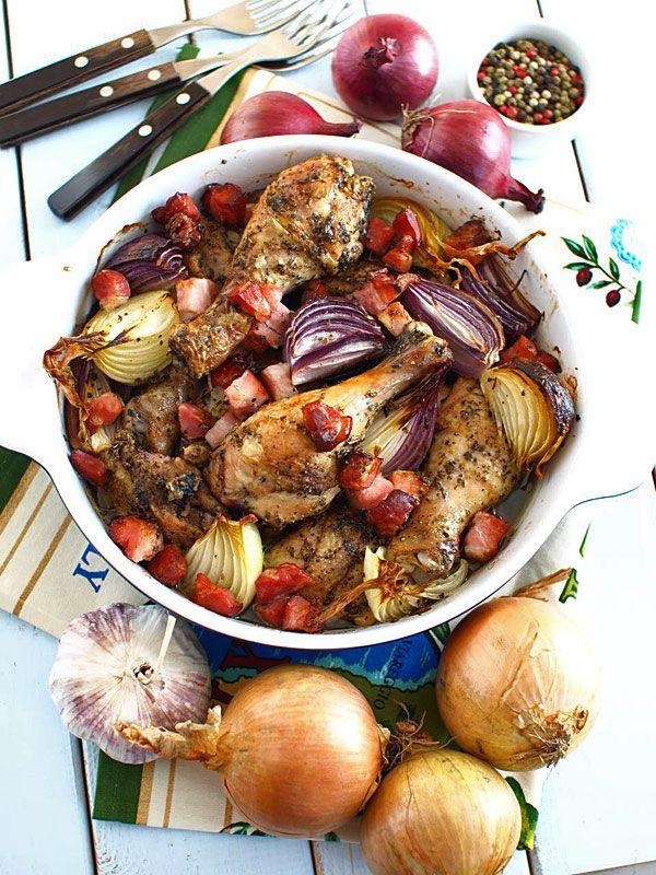 Kurczak pieczony po wiejsku - z cebulą, czosnkiem i wędzonym boczkiem - film video