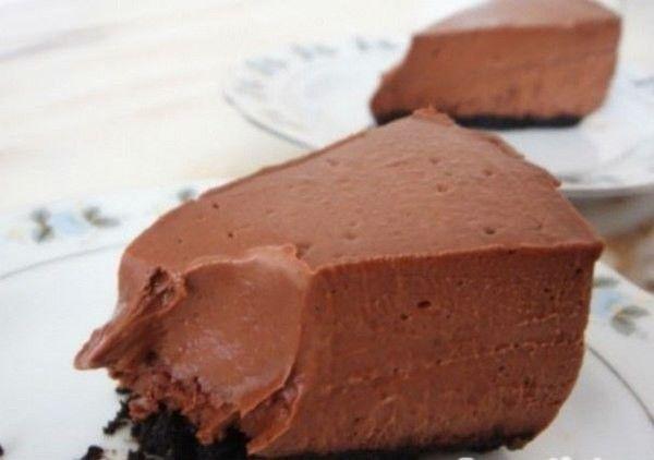 Диетический шоколадный чизкейк  *Энергетическая ценность на 100 г - 110,2 ккал, б - 16,2 г, ж - 2,1 г, у - 7,2 г.  Ингредиенты: Творог обезжиренный - 400 г; Молоко 1% жирности - 100 г; Мед пчелиный - 20 г; Желатин пищевой - 15 г; Какао-порошок - 50 г;  Способ приготовления: 15 г желатина замочить стаканом воды на 30 мин. Потом слить воду с набухшего желатина (если останется). Поставить на медленный огонь, добавить молоко, творог, какао и мед. Все перемешать блендером в однородную массу…