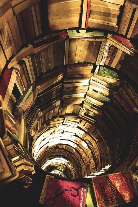le vecchie biblioteche sono un ricettacolo di  sapienza e sprigionano magia da ogni loro più piccolo angolo. Anche se sono rotonde. Le adoro...............