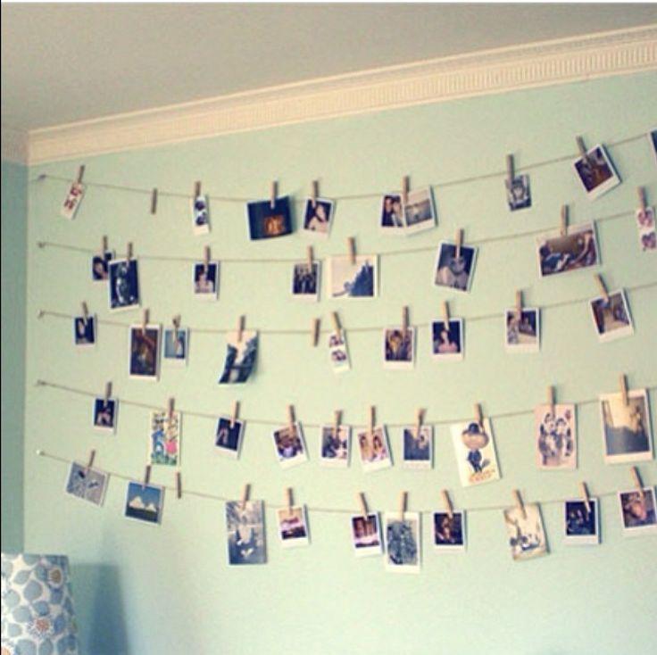 Maak een foto slinger 1. Print allemaal foto's 3. Hang een touw/waslijn op 4. Zet de foto's vast met knijpers En Viola! Je eigen fotoslinger